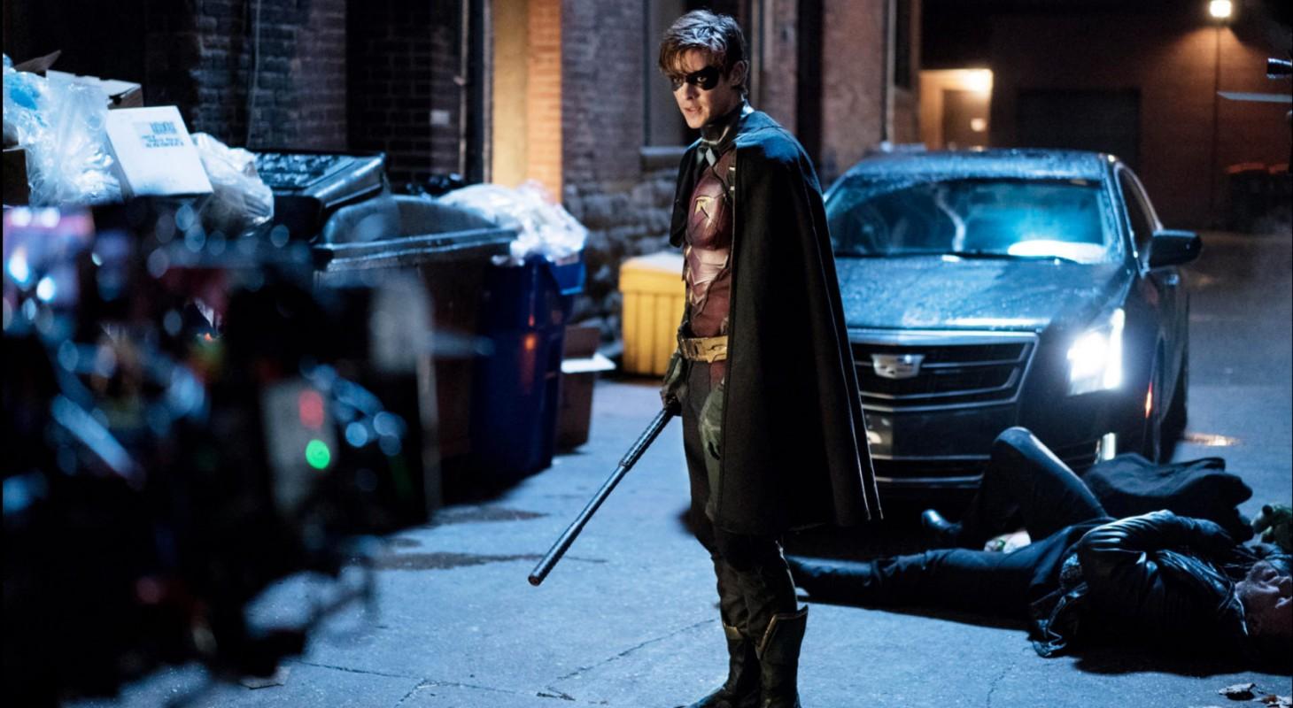 Titans-Robin-Posing-in-Alley