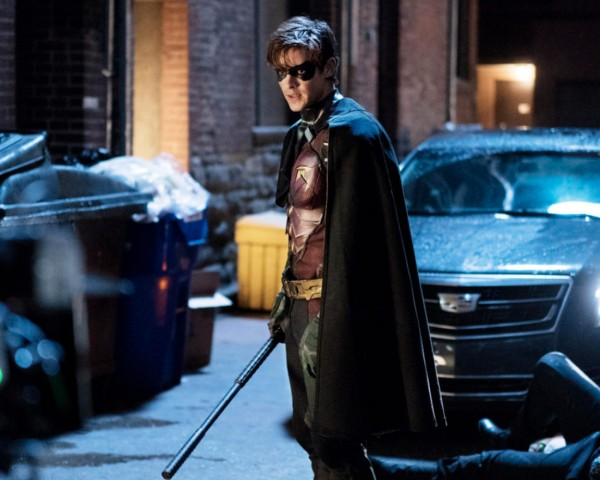 Titans-Robin-Posing-in-Alley
